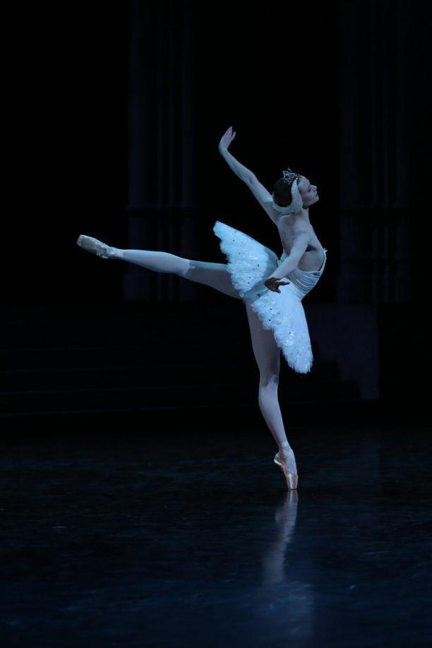 Léonore Baulac en cygne blanc
